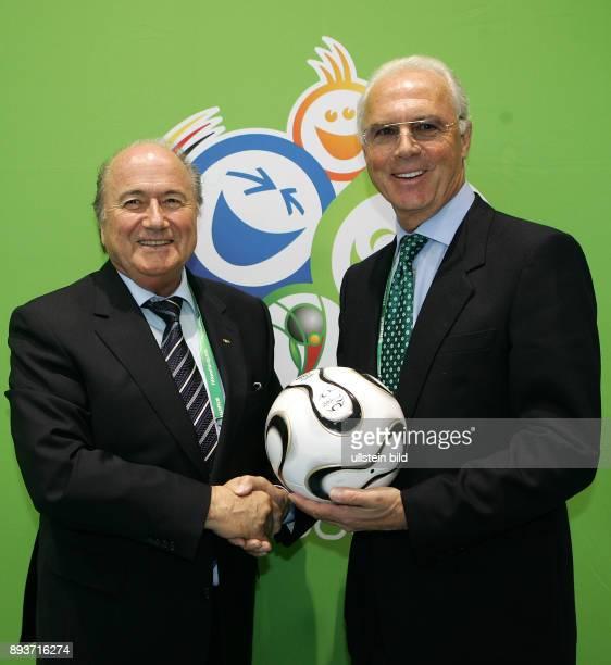 Fussball WM Praesident Joseph S Blatter und Franz Beckenbauer nach einer Pressekonferenz im IBC am Dienstag in Muenchen