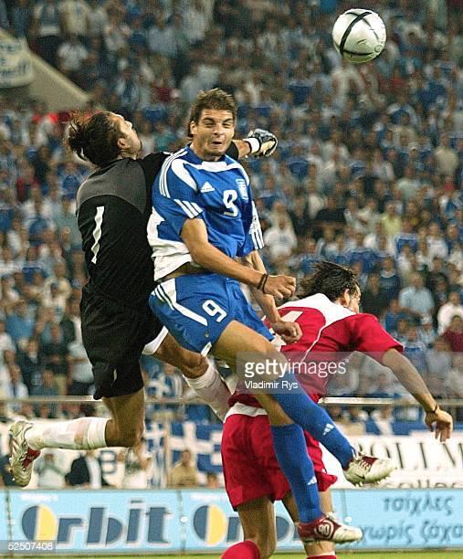 Fussball WM Qualifikation 2004 Athen Griechenland Tuerkei 00 Torwart Regber RUSTU / TUR Angelos CHARISTEAS / GRE Servet GETIN / TUR 080904
