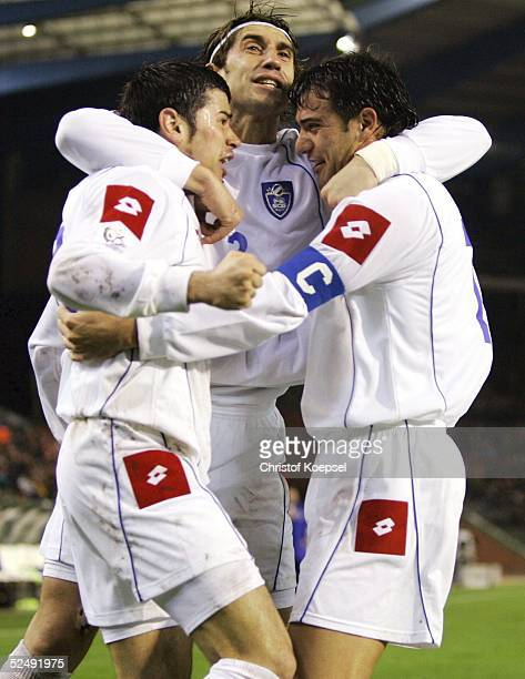 Fussball WM Qualifikation 2004 Bruessel Belgien Serbien und Montenegro 02 durch Mateja KEZMAN links / SCG Ivica DRAGUTINOVIC und Savo MILOSEVIC 171104