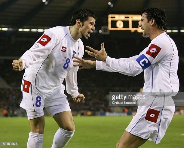 Fussball: WM Qualifikation 2004, Bruessel; Belgien - Serbien und Montenegro ; 0:2 durch Mateja KEZZMAN / SCG, Savo MILOSEVIC jubelt mit ihm 17.11.04.
