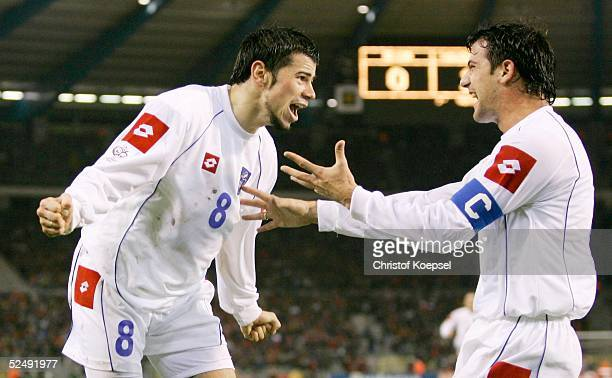 Fussball WM Qualifikation 2004 Bruessel Belgien Serbien und Montenegro 02 durch Mateja KEZMAN / SCG Savo MILOSEVIC jubelt mit ihm 171104