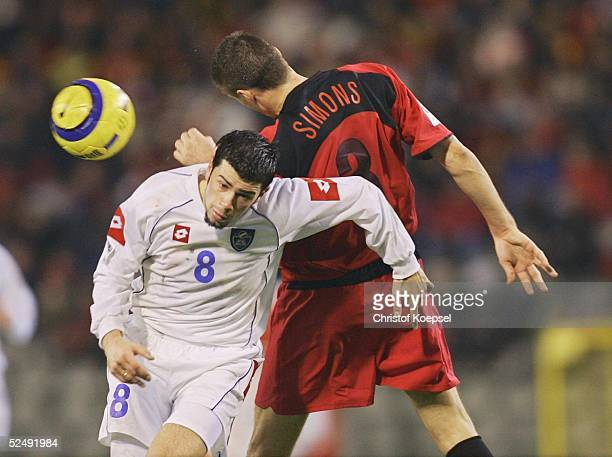 Fussball WM Qualifikation 2004 Bruessel Belgien Serbien und Montenegro 02 Mateja KEZMAN / SCG Timmy SIMONS / BEL 171104