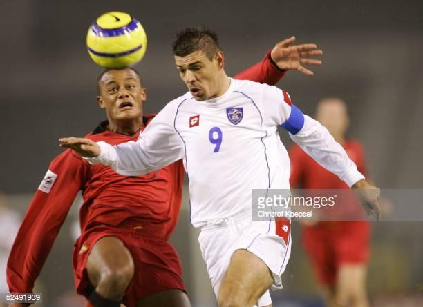 Fussball: WM Qualifikation 2004, Bruessel; Belgien - Serbien und Montenegro ; Vincent KOMPANY / BEL, Savo MILOSEVIC / SCG 17.11.04.