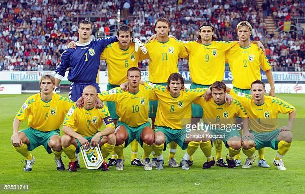Fussball WM Qualifikation 2004 Charleroi Belgien Litauen 11 Team Litauen Hintere Reihe von links Torwart Zydrunas KARCEMARSKAS Andrius SKERLA Edgaras...