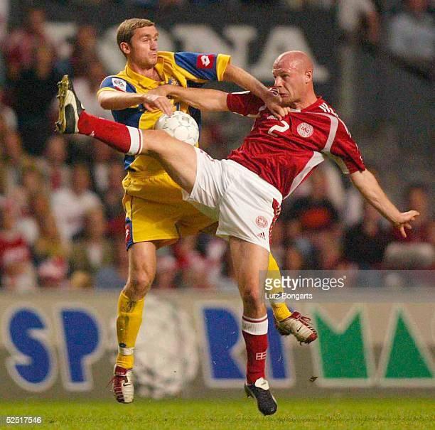 Fussball WM Qualifikation 2004 Kopenhagen Daenemark Ukraine Im Kampf um den Ball Kasper BOEGELUND / DEN Andriy NESMACHNYI / UKR 040904