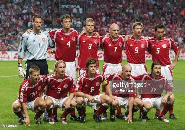Fussball: WM Qualifikation 2004, Kopenhagen; Daenemark - Ukraine ; Team DEN / Mannschaftsfoto; hinten v.l.: Torwart Thomas SOERENSEN, Per KROELDRUP,...