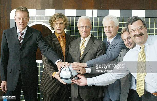 Fussball ZDF Konzept zur EM 2004 Berlin ZDFSportchef WolfDieter POSCHMANN ZDFModerator Michael STEINBRECHER Franz BECKENBAUER SchiedsrichterExperte...