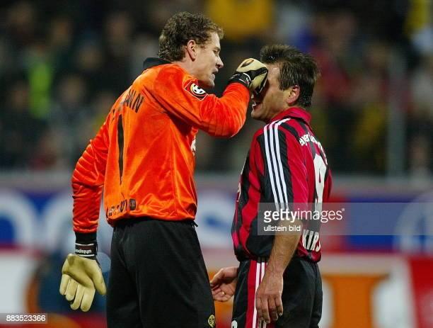 FussballBundesliga 24 Spieltag Saison 2001/2002 Torhüter Jens Lehmann fasst Stürmer Ulf Kirsten mit der Hand in das Gesicht