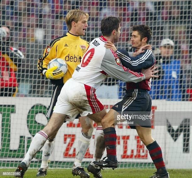 FussballBundesliga 25 Spieltag Saison 2001/2002 Gerangel zwischen den Mittelfeldspielern Zvonimir Soldo und Bixente Lizarazu nach einem Foul an...
