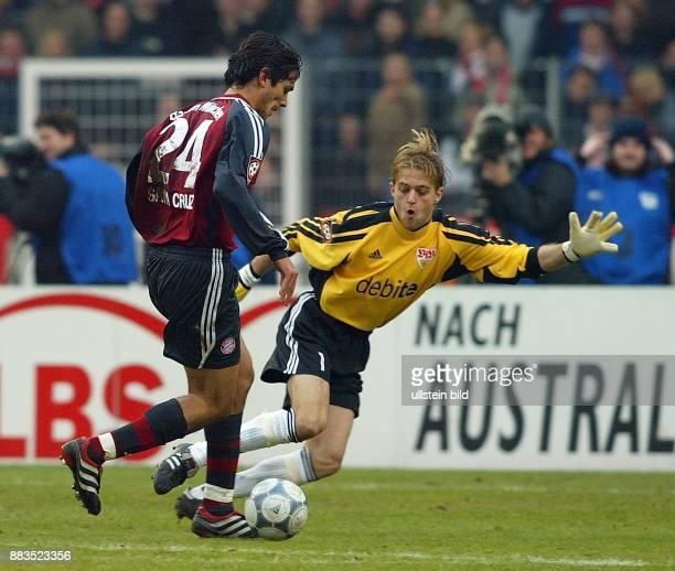 FussballBundesliga 25 Spieltag Saison 2001/2002 Stürmer Roque Santa Cruz umkurvt mit dem Ball Torhüter Timo Hildebrand