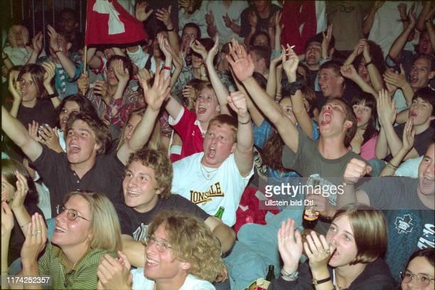 Fussballfans jubeln bei EMSpiel SchweizHolland 1996