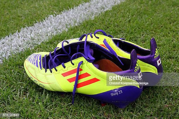 DORTMUND DEUTSCHLAND 5 AUGUST Fussballschuhe von Shinji Kagawa stehen auf dem Rasen vor dem Bundesligaspiel zwischen Borussia Dortmund und dem...