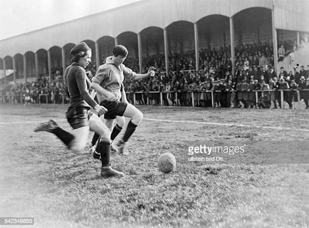 Fussballspiel zwischen einer belgischen und französischen Frauenmannschaft in Paris1929