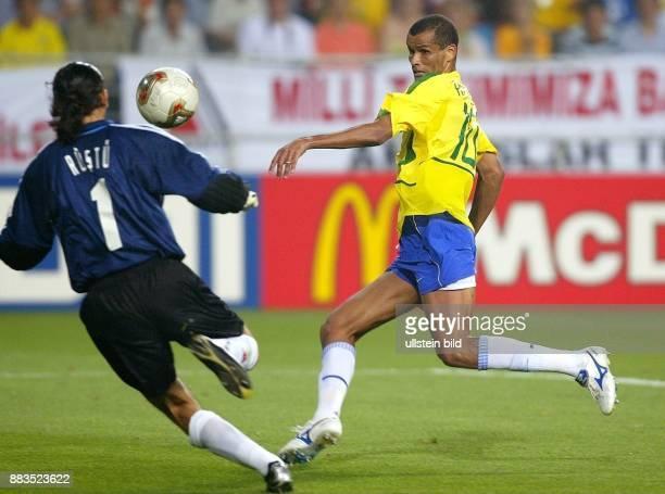 FussballWM 2002 Gruppe C Vorrunde in Ulsan Brasilien Türkei 21 Brasiliens Rivaldo bei einer Torchance gegen Torhüter Recber Rüstü
