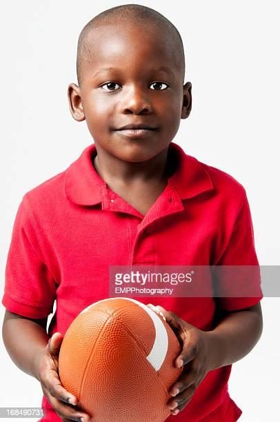 Futuro jugador de fútbol americano africano sosteniendo la pelota