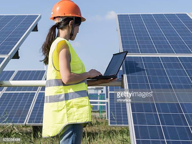 Zukünftige elektrische Produktion, asiatische Frau