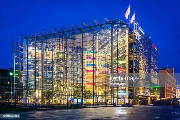Futuristische Architektur und lebhaften neonfarbenen Nacht Büros der Innenstadt Stadtansicht von Helsinki, Finnland