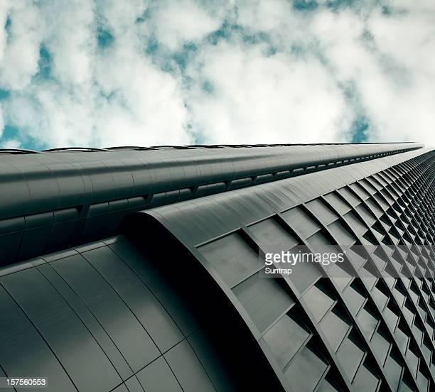 Futuristico edificio sul cielo nuvoloso