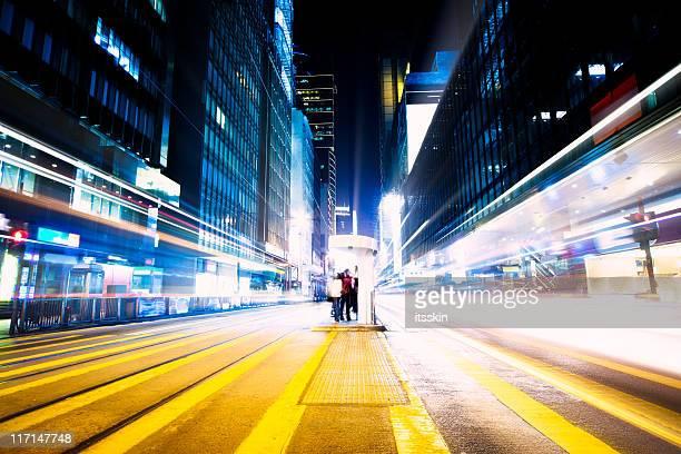 Futuristische Kreuzung bei Nacht