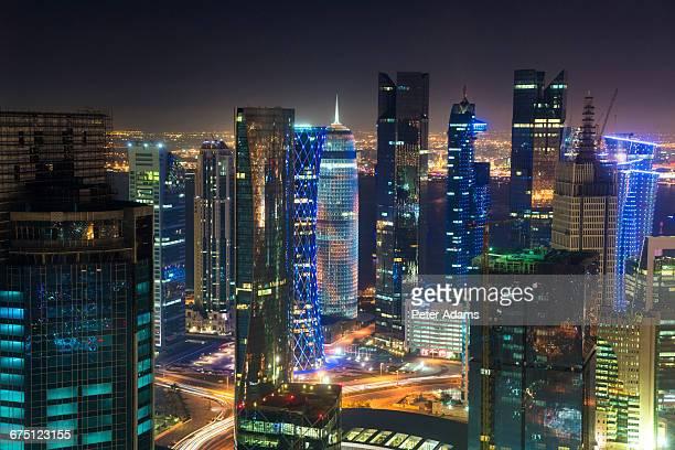 futuristic doha skyline at dusk, qatar - doha - fotografias e filmes do acervo