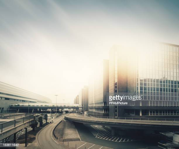 未来的な空の街