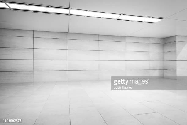 futuristic empty room, 3d rendering - gekanteld stockfoto's en -beelden