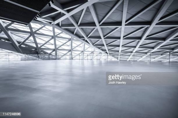 futuristic empty room, 3d rendering - halle gebäude stock-fotos und bilder