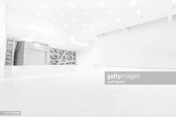 futuristic empty room, 3d rendering - reflexo efeito de luz imagens e fotografias de stock