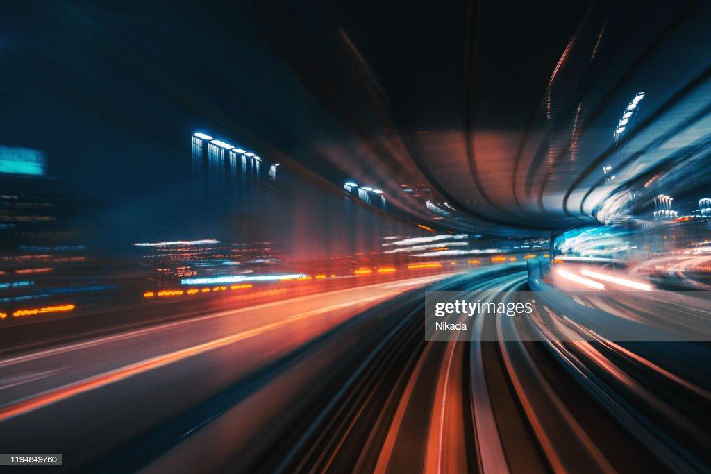 Futuristische hoge snelheid licht staart met Night City achtergrond : Stockfoto