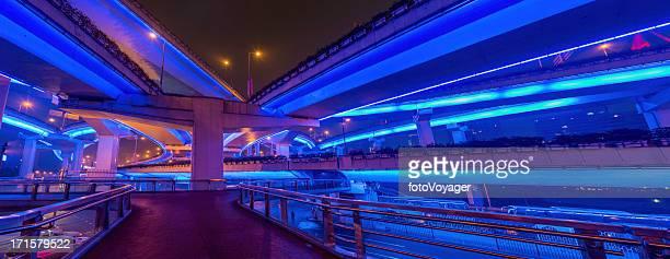未来的な高速道路と通路照明付きの夜景