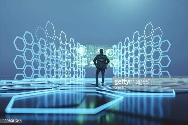 interface futuriste avec l'homme d'affaires debout - écran numérique photos et images de collection