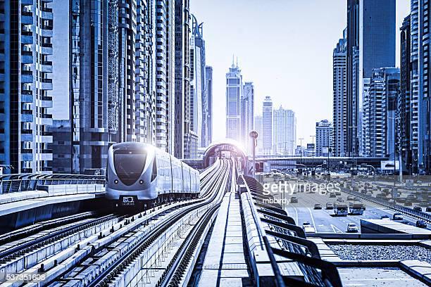 未来的な地下鉄アロングシェイク・ザイード・ロード、ドバイ(アラブ Emi