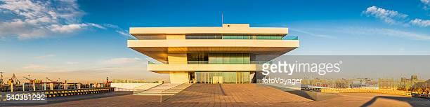 Futuristische pavillon beleuchtet während dem Sonnenuntergang Veles e Schlitzen Valencia, Spanien
