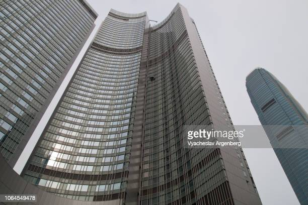 futuristic skyscraper towers in central hong kong, global banking and international finance - argenberg fotografías e imágenes de stock