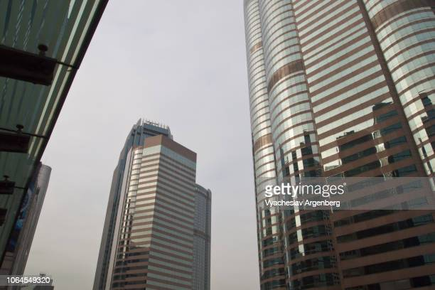 futuristic skyscrapers in hong kong, global banking - argenberg fotografías e imágenes de stock