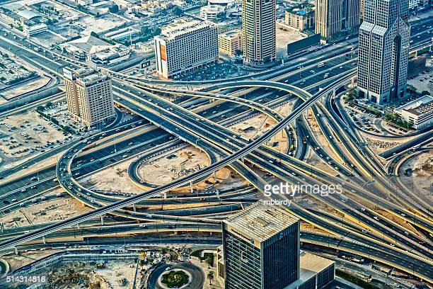 Futurista semáforo de la intersección en Dubai, Emiratos Árabes Unidos