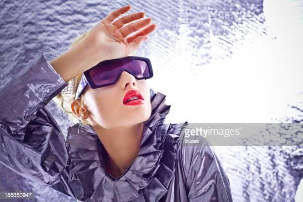 Futurista mulher Olhar Para Longe