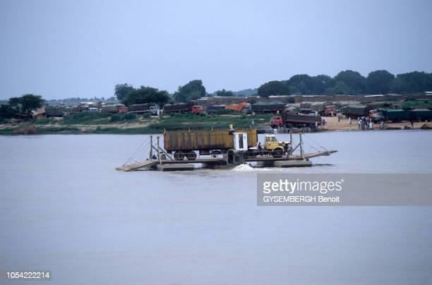 Février 1984 la vie quotidienne à N'DJAMENA au Tchad Ici un bac transportant un camion sur le fleuve Chari