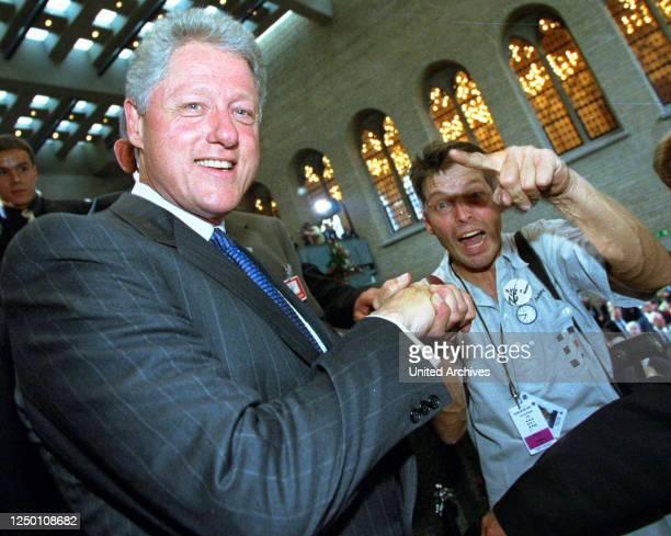 Gipfel in Köln 1999 - Der US-Präsident Bill Clinton mit EXPRESS Fotograf ZIK im Kölner Rathaus.
