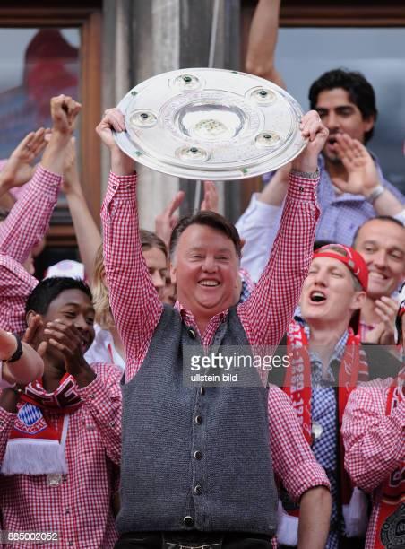 Gaal, Louis van - Fussball, Trainer, FC Bayern Muenchen, Holland - praesentiert die DFB-Meisterschale nach der Saison 2009/2010 bei der Feier auf dem...