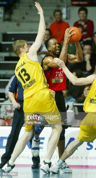 Gabe Muoneke of TAU Ceramica and Hanno Mottola of Aris TT Bank in action during the Euroleague Basketball Top 16 Game 5 between Tau Ceramica and Aris...