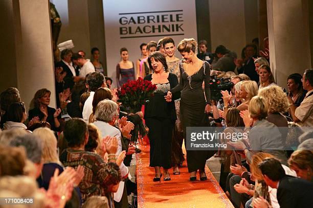 Gabiele Blachnik Mit Ihren Models Auf Dem Laufsteg Bei Der Gabriele Blachnik Modenschau Der Herbst Winter 2005/2006 Kollektion In Der Kassenhalle Des...