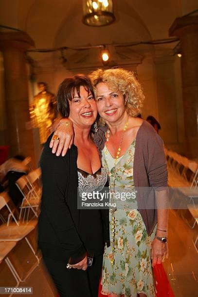 Gabiele Blachnik Und Schauspielerin Michaela May Bei Der Gabriele Blachnik Modenschau Der Herbst Winter 2005/2006 Kollektion In Der Kassenhalle Des...