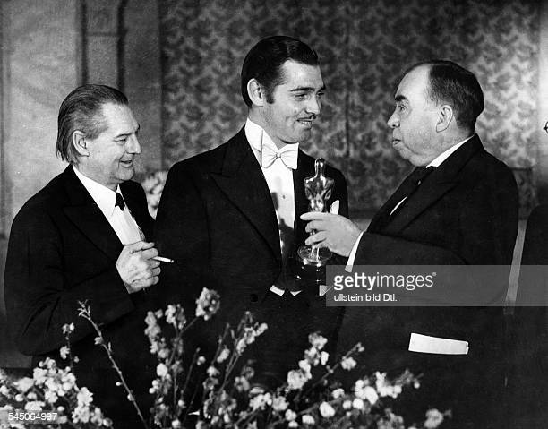Gable Clark *Schauspieler USA erhaelt den Filmpreis des Jahres 1934links John Barrymore rechts Irving Cobb 1934