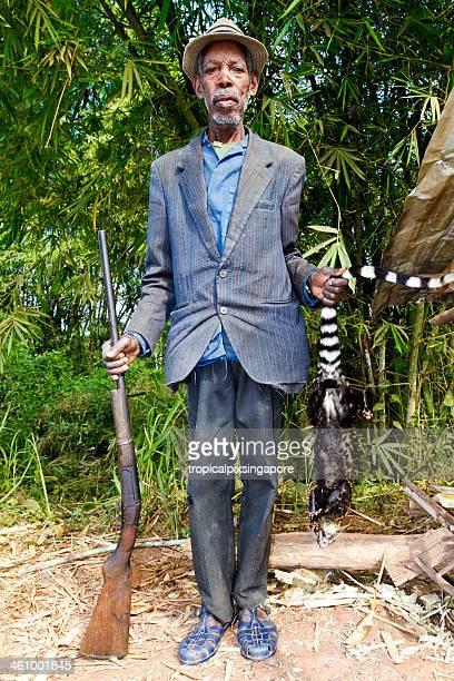 Gabão, Moyen-Ogoouewaters_world-class.kgm Província Lambaréné, homem com Civeta.