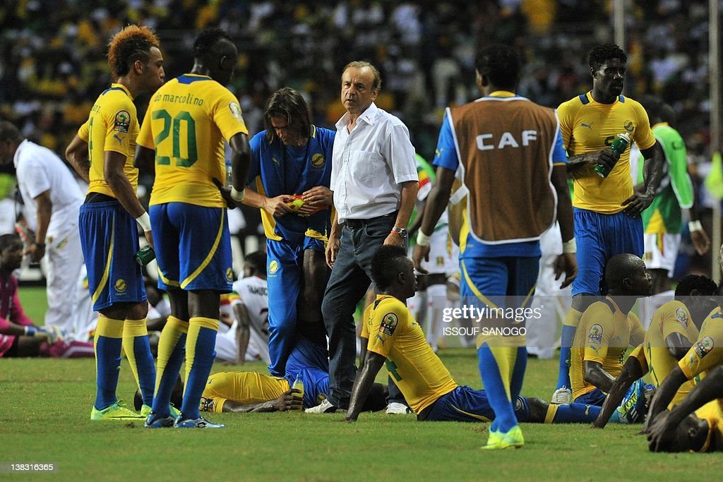 Gabon's coach Gernot Rohr (C) stands amo : News Photo