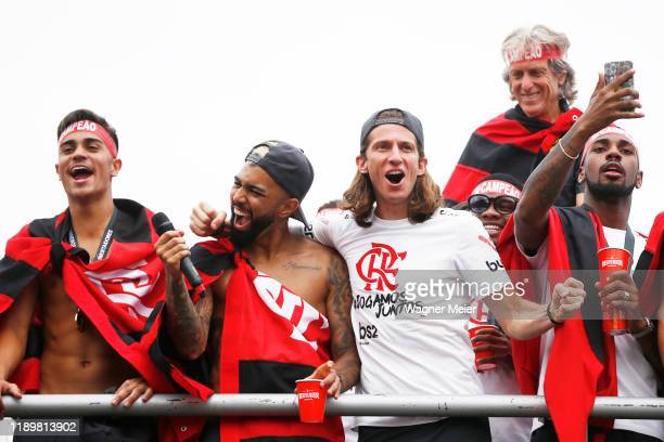Gabriel Barbosa of Flamengo cheers to fans with teammate Filipe Luis during the celebrations the day after Flamengo won the Copa CONMEBOL...