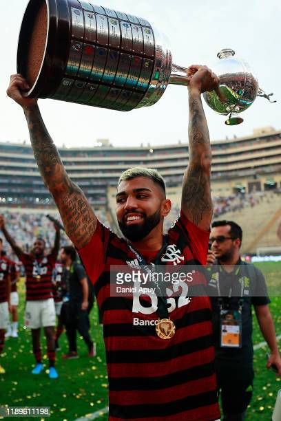 Gabriel Barbosa of Flamengo lifts the trophy after winning the during the final match of Copa CONMEBOL Libertadores 2019 between Flamengo and River...