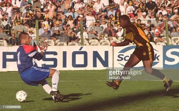 Gabriel Cedres of Penarol scores a second goal for his team Montevideo Uruguay 17 Ocober 1999 El delantero de Penarol Gabriel Cedres anota el segundo...