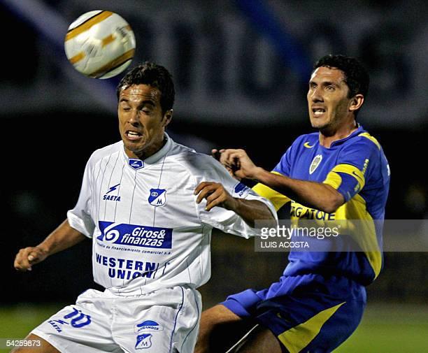 Gabriel Fernandez de Millonarios de Colombia y Diego Cagna de Boca Juniors de Argentina disputan el balon el 02 de setiembre de 2005 en Bogota...